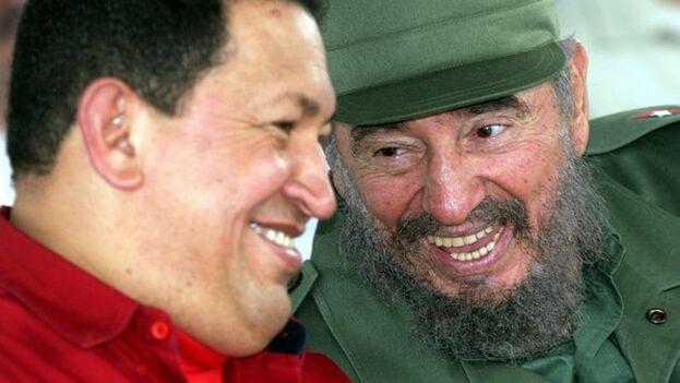 Los fallecidos exgobernantes de Venezuela, Hugo Chávez, y de Cuba, Fidel Castro, en una imagen de archivo. (Twitter)