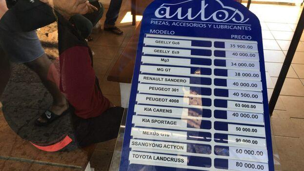 En la oficina climatizada para atender a los clientes se exhibe una lista con los precios de cada vehículo. (14ymedio)