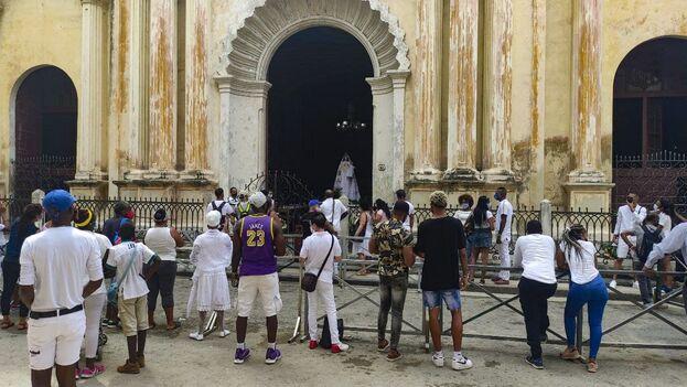 Vestidos de blanco, los fieles llegaron desde temprano este 24 de septiembre para pedir especialmente por las personas encerradas en las cárceles. (14ymedio)