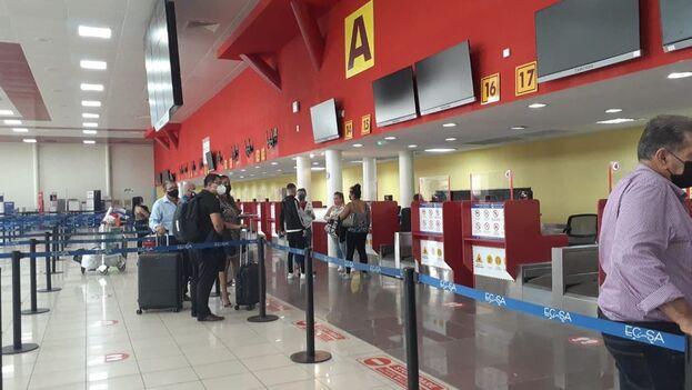 Viajeros en el Aeropuerto Internacional José Martí de La Habana realizando el chequeo de sus boletos. (14ymedio)
