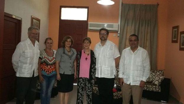 Victoria Ortega (centro), presidenta de Consejo Abogacía Española, junto a la ministra Esther Reus y el presidente de la Organización Nacional de Bufetes Colectivos en las jornadas. (@EmbEspCuba)