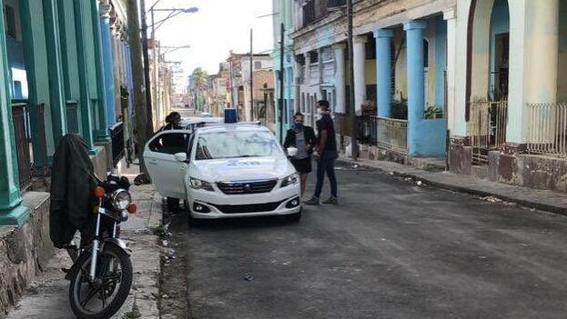 Vigilancia en la calle donde reside María Matienzo, que fue retenida durante unas horas por la Seguridad del Estado. (Facebook)