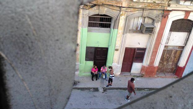 Vigilancia de la Seguridad del Estado en la casa de Anamely Ramos. (Cortesía)