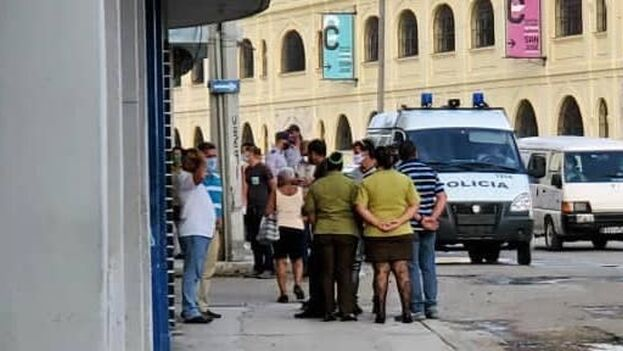 Vigilancia policial delante de la casa de Tania Bruguera, en La Habana. (14ymedio)