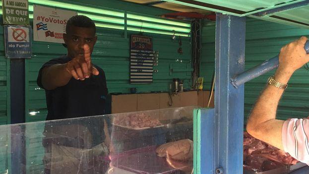 """El vendedor de carne de cerdo grita """"no se puede retratar la mercancía"""" cuando ve acercarse a un reportero. (14ymedio)"""