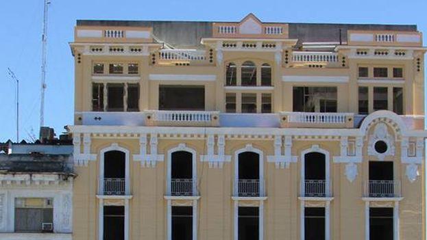 Vista del hotel San Carlos en Cienfuegos y de su otrora reconocido Roof Garden. (skyscrapercity)