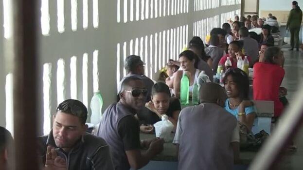Vista de un comedor durante la hora de la visita en la cárcel Combinado del Este de La Habana. (Captura)