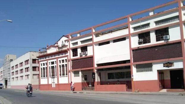Vista del edificio de la empresa Cuba Ron en la ciudad de Santiago de Cuba. (14ymedio)