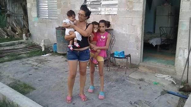 Yaimy García con sus hijos. (14ymedio)