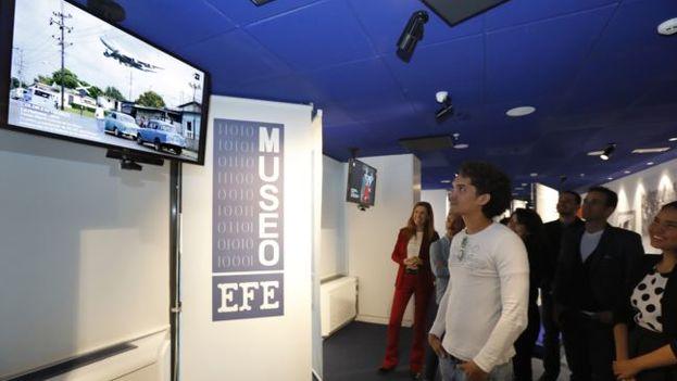 El fotógrafo cubano Yander Zamora observa su instantánea 'Llegada de Air Force One' durante una visita a la sede central de la Agencia Efe. (EFE)