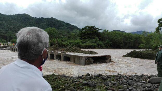 El derrumbe del puente Yao Nave en la provincia Granma. (CNC TV Granma)