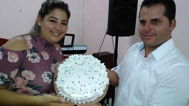 Yarisleidy Cuba Rodríguez y Yoelvis Gattorno celebrando su boda en Cuba. (Cortesía Facebook)
