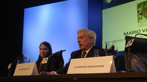 Yoani Sánchez y Mario Vargas Llosa durante su conversación en el Foro Atlántico. (14ymedio)