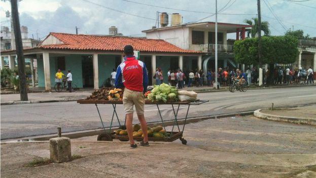 Yosvel, carretillero que se ubica en la avenida Rafael Ferro de la ciudad Pinar del Río. (14ymedio)