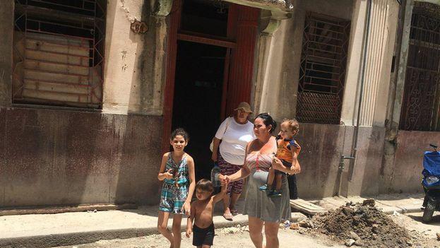 Yudiris Caridad Cintras con sus tres hijos saliendo del Hotel Rex. (14ymedio)
