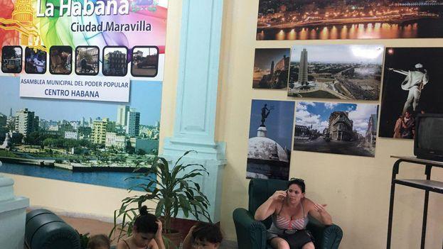 Yudiris Caridad Cintras con sus tres hijos reclamando sus derechos en las oficinas del Poder Popular Municipal de Centro Habana. (14ymedio)