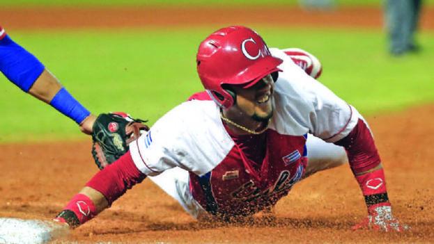 Yulieski Gourriel está considerado uno de los mejores jugadores del béisbol cubano. (EFE)