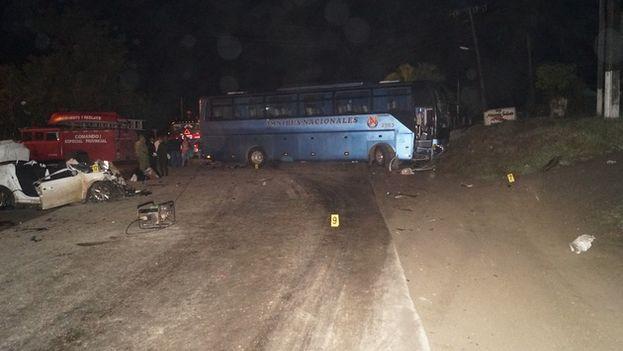 En el accidente de tránsito resultaron implicados un ómnibus Yutong de la Empresa de Omnibus Nacionales y un coche rentado. (CMHW)
