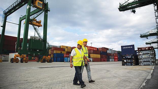 Dos hombres recorren la terminal de contenedores de la Zona Especial de Desarrollo del Mariel. (EFE)