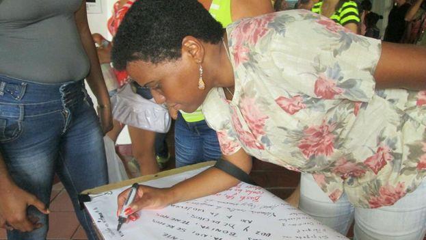 Zuleica Romay, presidenta del Instituto Cubano del Libro, escribiendo un mensaje contra la violencia de género. (Y. MAYETA)