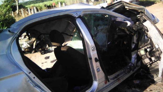 El accidente ocurrió cuando el auto, que se dirigía desde La Habana a la ciudad de Camagüey, impactó contra el camión. (EFE)