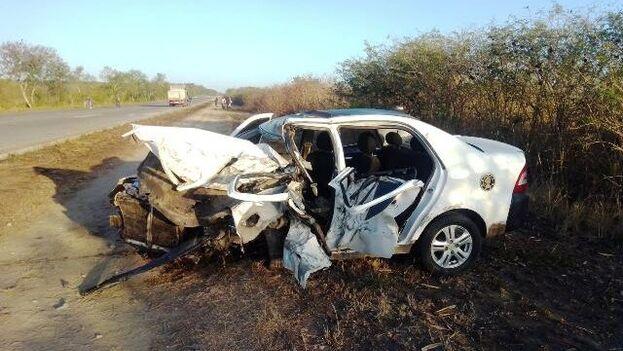 Estado en que quedó el taxi implicado en el accidente, en Santiago de Cuba. (Radio Majaguabo)