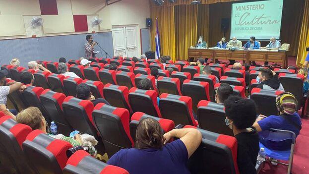 """Ante los artistas que aceptaron la invitación de la institución el ministro precisó que van a """"abrir un ciclo de diálogo porque evidentemente es necesario"""". (Cubadebate)"""