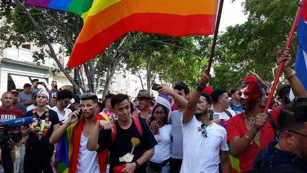 Más de un centenar de activistas de la comunidad LGBTI se manifestaron en el Parque Central. (14ymedio)