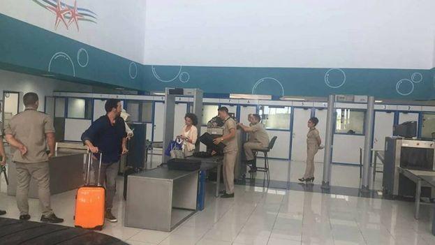 Con la temporada alta del turismo recién comenzada, la renovada terminal aeroportuaria de Jardines del Rey recibió este viernes el primer vuelo comercial. (Patrick Boyer)