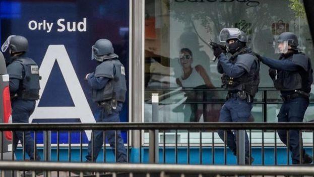 Este sábado un individuo entró en el aeropuerto con una pistola y atacó a una patrulla del dispositivo militar de vigilancia antiterrorista desplegado en el lugar. (EFE)