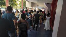 También las filas a las afueras de la tiendas en divisas eran especialmente largas tras el anuncio de suspender los depósitos en dólares. (14ymedio)