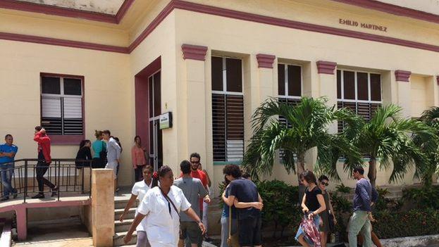 A las afueras de la sala del centro hospitalario los parientes que van llegando se abrazan a los que ya están e indagan sobre el estado de las pacientes. (14ymedio)