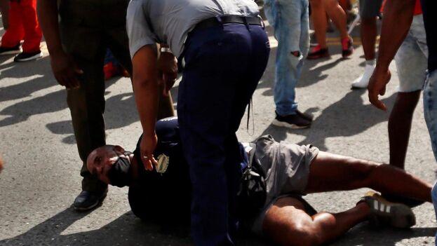 Dos agentes someten a uno de los manifestantes el pasado 11 de julio, en La Habana. (EFE)