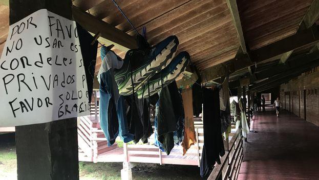 En uno de los pasillos del albergue de Gualaca, los migrantes cubanos tienden su ropa en improvisadas tendederas (14ymedio)