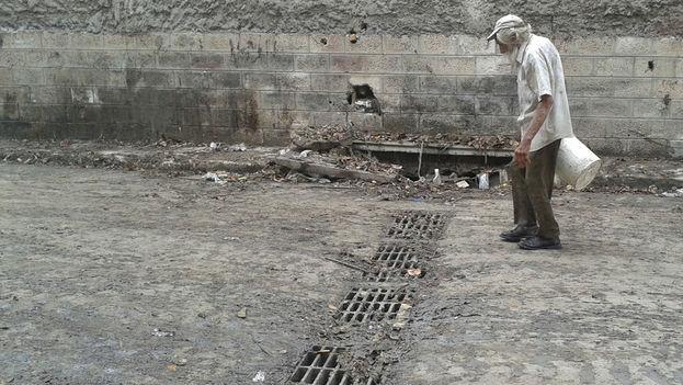 El alcantarillado apenas soporta el lodazal generado por las lluvias en La Habana. (14ymedio)