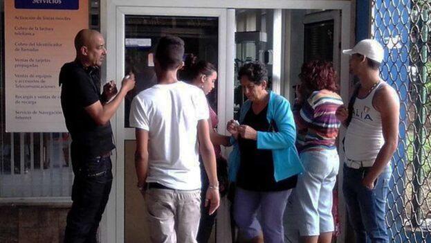 Las rebajas quedan muy alejadas del bolsillo de las personas que perciben un salario mínimo mensual de 2.100 pesos cubanos. (14ymedio)