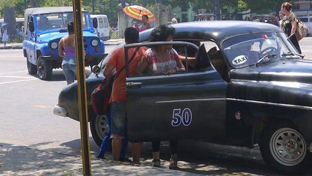 Un almendrón en el Parque de la Fraternidad, en La Habana. (14ymedio)