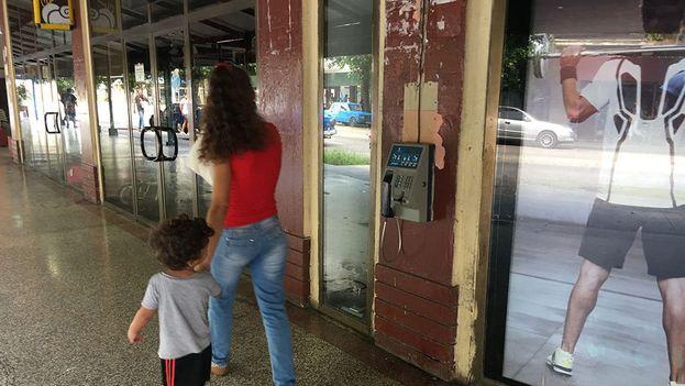 La altura también permite que los niños puedan hacer uso de estas cabinas telefónicas. (14ymedio)