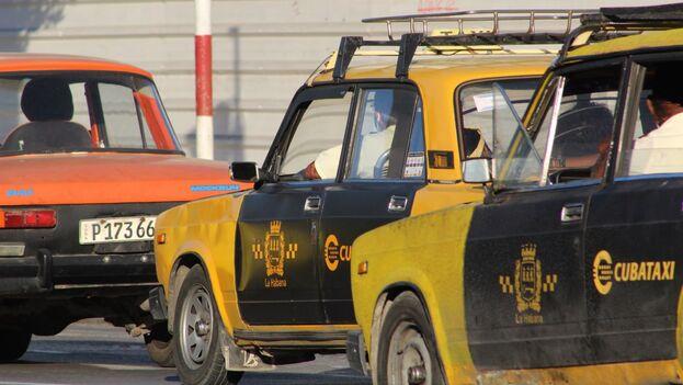 Otra de las líneas de carros amarillos que circulan por la ciudad son los de la Agencia de Taxi, que antes cobraban en CUC y estaban principalmente dirigidos al turismo. (14ymedio)