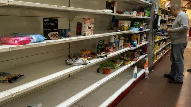 En los anaqueles de las tiendas escasea el detergente, el jabón y el pollo. (14ymedio)