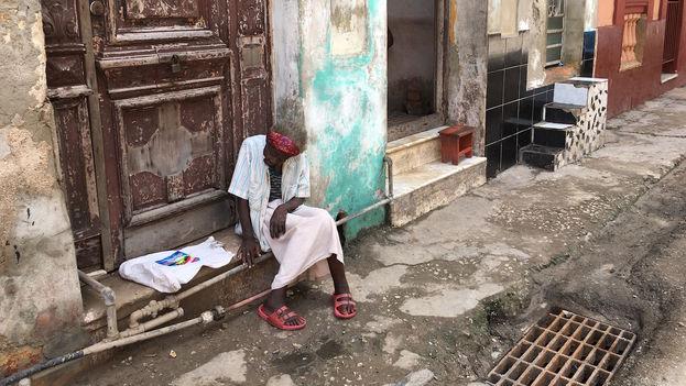 Una anciana sentada en la calle espera que vuelva la electricidad en La Habana. (14ymedio)
