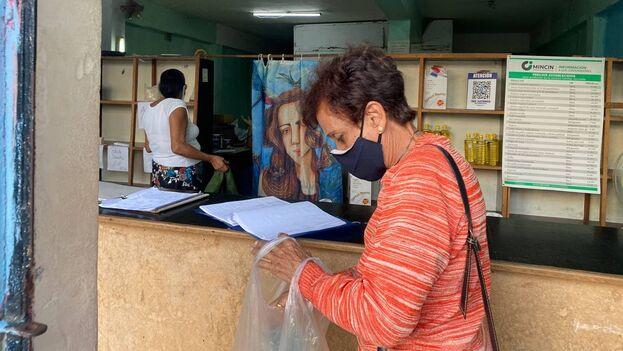 Los ancianos son los que más sufren el aumento de precios desde el 1 de enero en Cuba. (14ymedio)