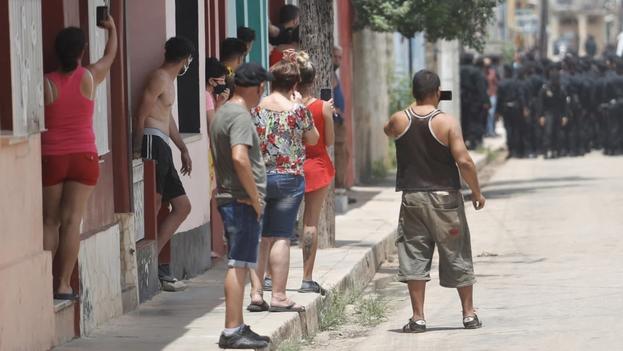 """Los jóvenes dicen que anhelan una Cuba mejor y por eso salieron a las calles a gritar """"patria y vida"""". (EFE/Yander Zamora)"""