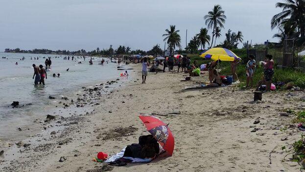 A pesar del cielo nublado de este sábado muchos fueron a darse el ansiado chapuzón en el litoral, cerrado por meses a los bañista. (14ymedio)