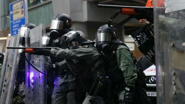 La policía antidisturbios se desplegó y comenzaron a lanzarse gases lacrimógenos para dispersar a la multitud . (EFE)