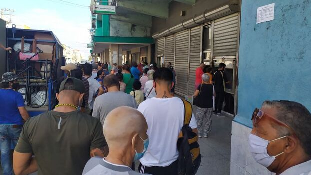 El anuncio de la pronta unificación monetaria ha alargado las colas frente a los bancos en Cuba. (14ymedio)