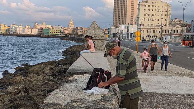 Algunos aprovecharon la apertura del Malecón para pescar. (14ymedio)