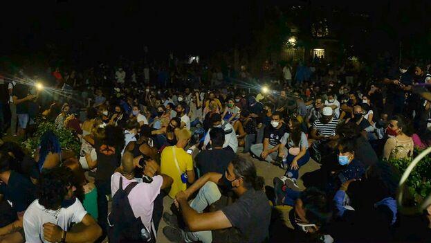 Los artistas estuvieron más de 12 horas apostados en la calle frente al Ministerio de Cultura. (14ymedio)