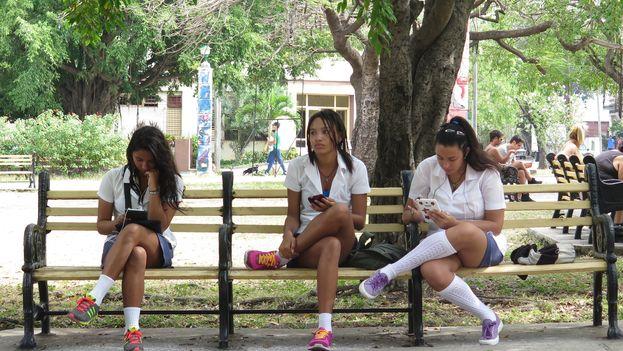 Los jóvenes cubanos consumen mucho contenido audiovisual que intercambian a través de las conexiones bluetooth de sus teléfonos móviles. (Juaretsi)