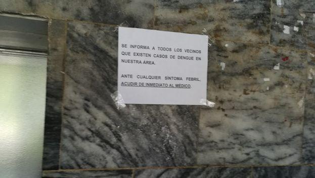 Las autoridades alertan del avance del dengue con carteles y avisos en edificios públicos. (14ymedio)